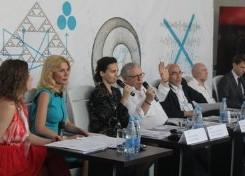 开幕式:左二,双年展专员Nataliia Zabolotna;左四,大卫•埃利奥特 (David Elliott)。