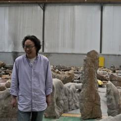 Xue Bing with his installation徐冰和他的《桃花源的理想一定要实现》 © Xu Bing Studio