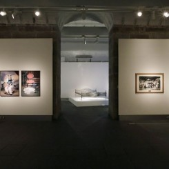 "Installation shot (left to right): Bani Abidi (b.1971, Karachi Pakistan) ""The Ghost of Mohammed Bin Qasim"", 2006 and ""The Boy Who Got Tired of Posing"", 2006, both from the series The Boy Who Got Tired of Posing (Photographed on October 27, 2013 by Jessica Hromas)装置场景(自左向右):巴尼•阿比迪(1971年生于巴基斯坦卡拉奇),《穆罕默德‧伊本‧卡西木之魂》,2006年;《厌倦摆姿势的男孩》,2006年——两部作品均来自《厌倦摆姿势的男孩》系列。(照片由Jessica Hromas摄于2013年10月27日)"