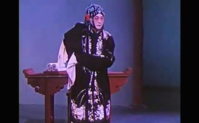 "Cheng Yanqiu is playing ""water sleeve"" in film ""Tears from Barren Mountain""程砚秋在电影《荒山泪》中的水袖动作"