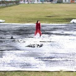 Bingyi while creating Epoche (Shenzhen Airport Project), 2014 冰逸  悬置(深圳机场项目现场创作图片),2014