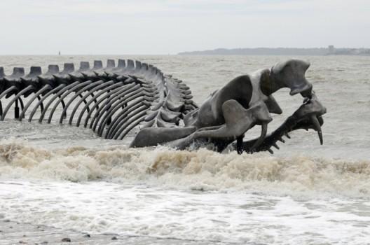 "Huang Yong Ping, ""Serpent"", installation view at Saint-Brevin-les-Pins (France), 2012黄永砅,《蛇》,法国 Saint-Brevin-les-Pins展览现场,2012"