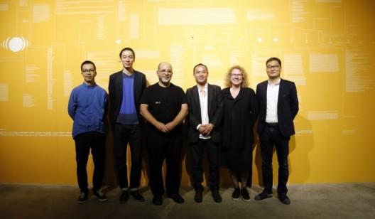左起颜晓东、CAC运营总监郭城、艺术家迈克尔、CAC艺术指导及知名策展人张尕、Hek总监,CAC国际顾问委员会成员莎宾娜、CAC创始人张庆红