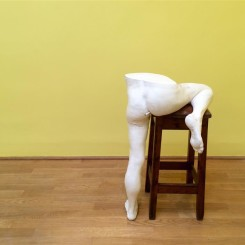 "Sarah Lucas's smoking asses at the British Pavilion英国馆中莎拉•卢卡斯的""烟屁股"""
