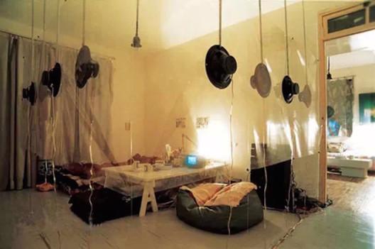 《扩音现场:一个私人空间的交叉回声》,1995,装置