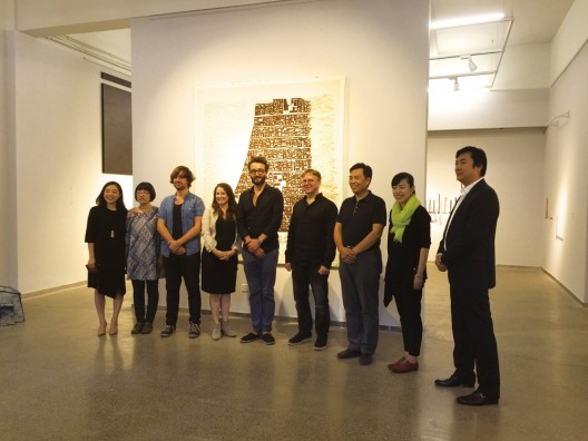 2、Guests at the opening ceremony, Li Yunfei, Director of XIANGSI ART MUSEUM; Joyce Xu, Executive Director of MEBO Culture(Beijing);  Li Yaojin, Head of the Propaganda Department, Hebei District, Tianjin City; participating artists Arnd Christian Mueller、Niko de La Faye、Nicole Condon Shih、Celyn Bricker and Iida Yuko,and the curator Tang Zehui(right-to-left)开幕式现场,从左至右分别是策展人唐泽慧,艺术家饭田祐子、博凯、康妮可、尼克、天津市河北区区委宣传部部长李耀进、美博文化执执行董事徐娟,巷肆创业园总经理李云飞