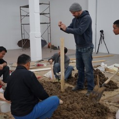 00-artist+and+workers+processing+mud+material+(photo+Nicoletta+...