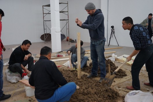 artist+and+workers+processing+mud+material+(photo+Nicoletta+...