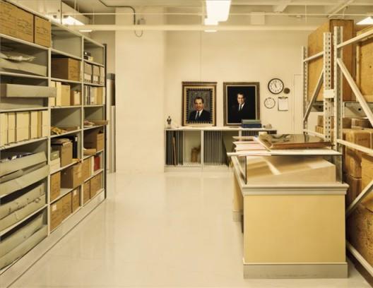 《尼克松的礼品库,美国国家档案管理局(NARA),大学公园市,马里兰州》 档案专用喷墨印刷,94.6 x 113 cm,2007
