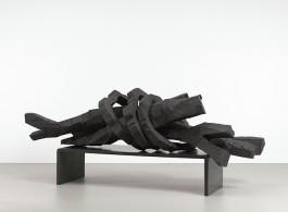 "Georg Baselitz, ""Winterschlaf"", patinated bronze, 159 x 378.5 x 140 cm (62 5/8 x 149 x 55 1/8 in.), 2014 (© Georg Baselitz. Photo © Jochen Littkemann, Berlin; Courtesy White Cube)巴塞利兹,《冬眠》,159 x 378.5 x 140 cm, 2014 (版权:巴塞利兹;摄影:Jochen Littkemann;图片由White Cube画廊提供)"