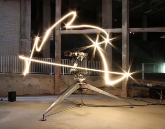 康拉德·肖克罗斯,《ADA》,铝、铁、光、控制机械系统的电脑,尺寸可变,2013(版权归康拉德· 肖克罗斯所有;图片由艺术家和伦敦维多利亚·米罗画廊提供。摄影:André Morin