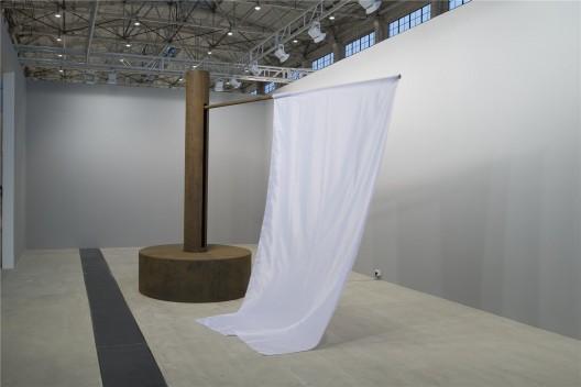 """张培力,《庄严的圆》,机械雕塑,400(高)x 300(半径)cm,尺寸可变,2014 。Zhang Peili, """"The Solemn Circle"""", kinetic sculpture, 400 x 300 cm, 2014."""