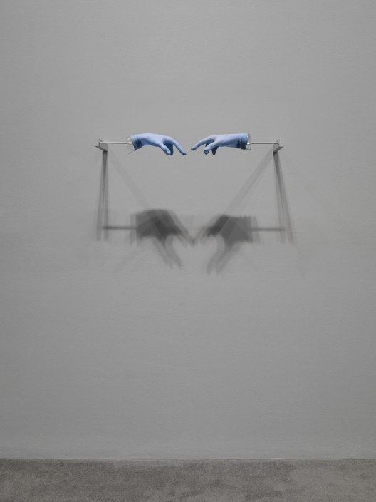 《题目未定(蓝色天空)》,《安利·萨拉:回应我》个展现场,新当代艺术博物馆,2008 图片由Courtesy Hauser & Wirth. Photo: Maris Hutchinson / EPW Studio提供