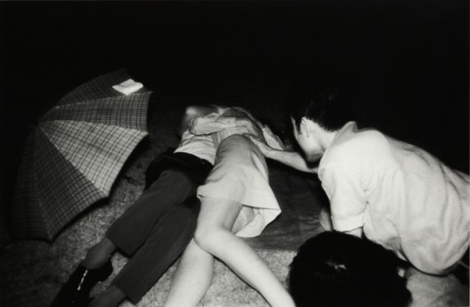 Kohei Yoshiyuki, The Park (Plate #031), 1971, Gelatin silver print, 27.9 x 35.5 cm (Image courtesy of artist and Blindspot Gallery)吉行耕平,《公園(Plate #031)》,1971,銀鹽紙基,27.9 x 35.5 厘米(圖片由藝術家及刺點畫廊提供)