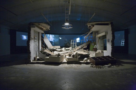 "张培力,《阵风》,展览现场,2008。Zhang Peili, ""A Gust of Wind"", installation view, 2008."