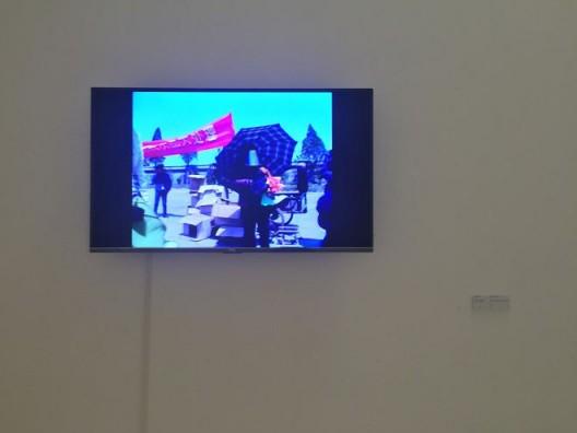 梁硕,《庙会购物》,录像 199', 2007