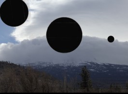 """陈滢如,多媒体装置""""星际评估""""(Extrastellar Evaluations, 2016) 影像截图,图片 由艺术家提供。 Yin -Ju Chen, Video still from the multimedia installation Extrastellar Evaluations, 2016. Courtesy the artist."""