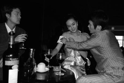 杨福东,《黄小姐昨夜在M餐厅No.10》(Ms.Huang at M last night No. 10),摄影 黑白喷墨打印(Photograph,B&w chromogenic),120x180cm 2006