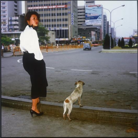 须田一政,《台北吉祥》系列,摄影,1984–1990(图片由艺术家和亦安画廊 提供)/ Suda Issei, from the series Taipei Kissyo, photography, 1984–1990 (courtesy of the artist and Aura Gallery)