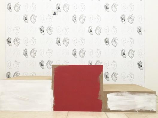 """李亭葳,""""领奖台"""":中密度纤维板,丙烯颜料,墙纸, 2016"""