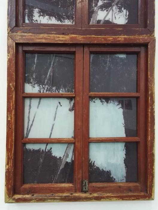 李青,《乡村教堂》(局部),木、有机玻璃、油彩,250X90X2cm,2016 Li Qing, Rural Church (detail), wood, oil on plexiglass, 250X90X2cm, 2016