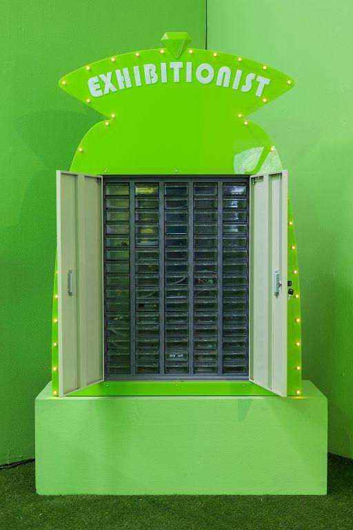 《指甲银行- 绿色》,综合材料,104×150×28cm,2016