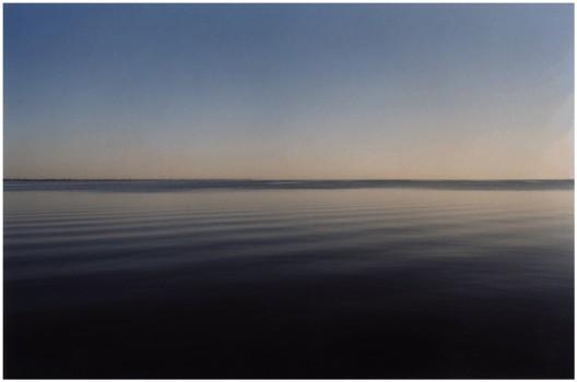 """詹姆斯·本宁,《十三湖》,录像剧照,2004(2004年版权归詹姆斯·本宁所有;图片由艺术家和柏林neugerriemschneider画廊提供)/ James Benning, """"13 Lakes"""", film still, 2004 (©2004 James Benning; courtesy the artist and neugerriemschneider, Berlin)"""