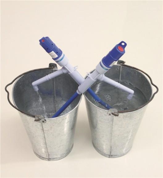 "廖斐,《移动2号》,两个铁皮水桶,两支纯净水抽水泵,水,2013(图片由艺术家和偏锋新艺术空间提供)/ Liao Fei, ""Movement No. 2"", two tin buckets, two water pumps, water, 2013 (courtesy the artist and PIFO gallery)"