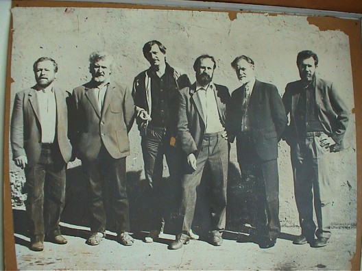 """艺术组海参崴""(由左至右):Valery Nenazhibin, Viktor Shlikht, Alexander Pyrkov, Yuri Sobchenko, Ryurik Tushkin, Fyodor Morozov, 1988(图片由Zarya当代艺术中心提供)/Artgroup Vladivostok (from left to right): Valery Nenazhibin, Viktor Shlikht, Alexander Pyrkov, Yuri Sobchenko, Ryurik Tushkin, Fyodor Morozov, 1988 (courtesy ZARYA Center for Contemporary Art)"