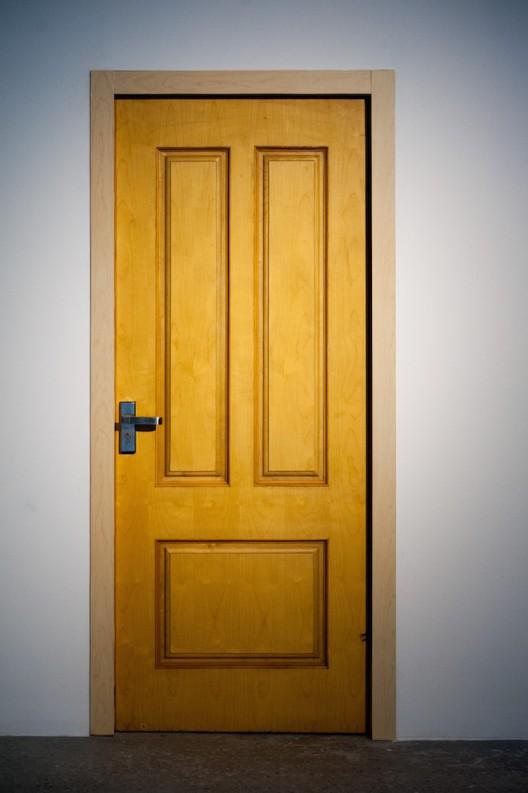 《不要打开它》224×185.5cm-木门装置2014-陆平原