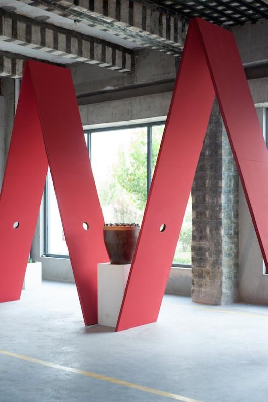 《刺菱》1000×600×400cm木板、植物、展台、油漆-耶苏