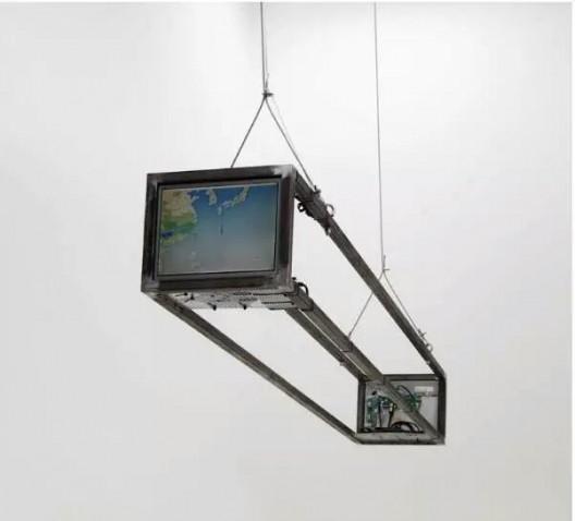 廖斐,《一件地球雕塑》,两套电脑显示器和主机,钢架结构等 250 x 38.5 x 31.5cm,2015