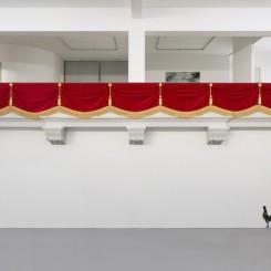 """刘辛夷,《皇家阳台》,聚苯乙烯泡沫、绒布、绳排、吊穗、花扣,200×1100×70cm,2016. Liu Xinyi, """"Royal Balcony"""", mixed media, 200 × 1100 × 70 cm, 2016"""