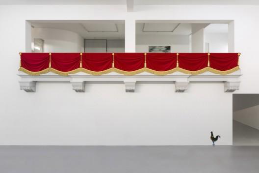 刘辛夷,《皇家阳台》,聚苯乙烯泡沫、绒布、绳排、吊穗、花扣,200×1100×70cm,2016