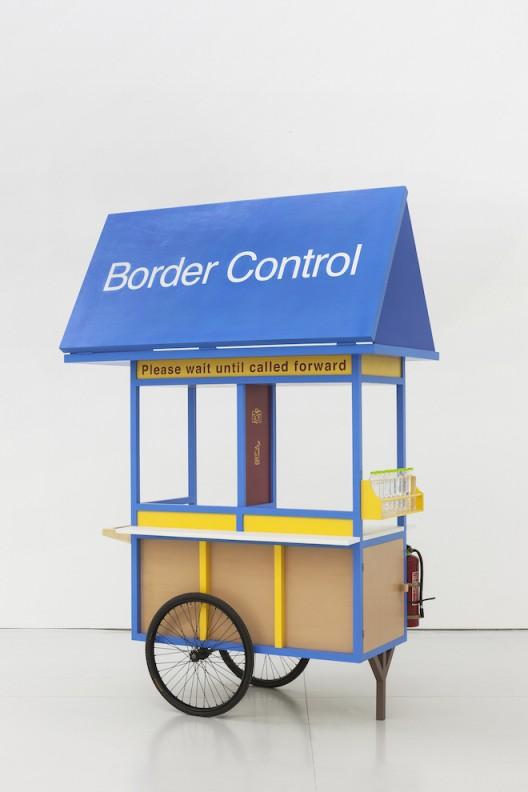 刘辛夷,《乐园》,木方、多层板、车轮、车轴、瓶装水、灭火器、水性漆、板凳,总体尺寸可变,2016