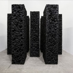 """杨牧石,《侵蚀》,聚丙烯泡沫,黑色丙烯,7件,每件300 × 121 × 63 cm,2016. Yang Mushi, """"Eroding"""", polystyrene foam, black acrylic, 300 x 121 x 63 cm, 2016"""