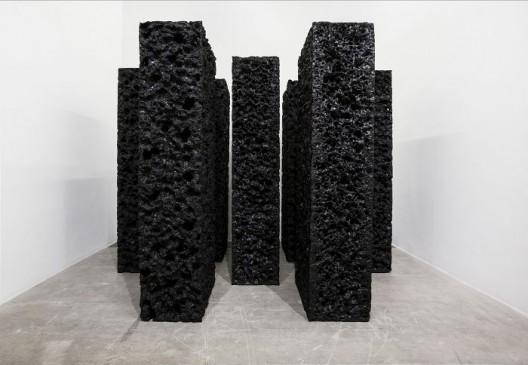 杨牧石,《侵蚀》,聚丙烯泡沫,黑色丙烯,7件,每件300 × 121 × 63 cm,2016. Yang Mushi,