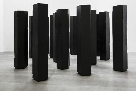 杨牧石,《切入-柱》,榆木实木板,黑色喷漆,17件,每件高173 cm,直径50 cm,2015. Yang Mushi,