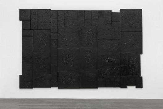 杨牧石,《复盖》,旧油画,黑色丙烯,76件绘画,357 × 554 cm,2008-2016. Yang Mushi,
