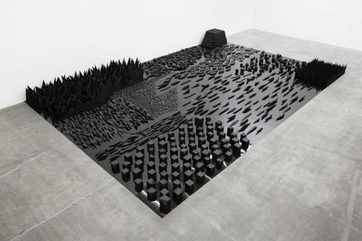 杨牧石,《消磨》,木料,铝板和黑色喷漆,55 × 510 × 780 cm,2013-2016. Yang Mushi,