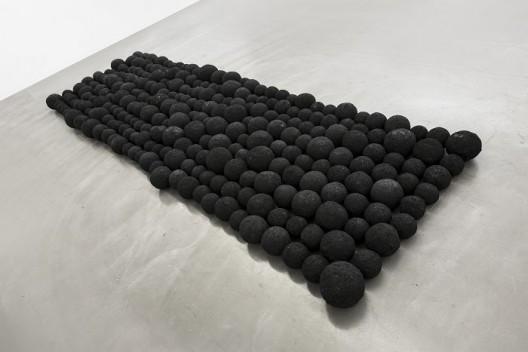 杨牧石,《粘连》,木屑,金属屑球,黑色喷漆,277个球,尺寸不等;18 × 433 × 132 cm,尺寸可变,2013-2016. Yang Mushi,