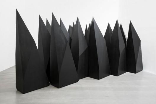 杨牧石,《组建》,木料,黑色喷漆,20件,每件220 × 80 × 45 cm,2016. Yang Mushi,
