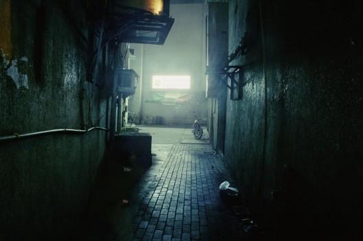 "亚赞·哈利利,《A区的打劫》,旋转式幻灯放映 机 、视频投影机,尺寸可变,2013–2016 / Yazan Khalili, ""Robbery in Area A"", carousel projector, video projectors, dimensions variable, 2013–2016."