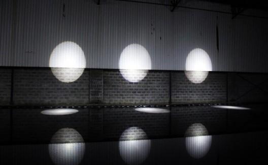 """维莎·达尔,《马尔殊—暴风之神》,带有聚光灯和倒影池的场域定制装置 / Vishal Dar, """"Maruts – Storm Deities"""", 2016. site-specific installation with beam lights and reflection pool"""
