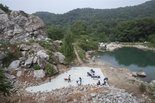 """艺术家王卫的装置作品《山中的自然史4》,作品与自然互为衬托。/ The installation work """"Natural History 4 (Mountain Site)"""" by Wang Wei is set off against nature."""