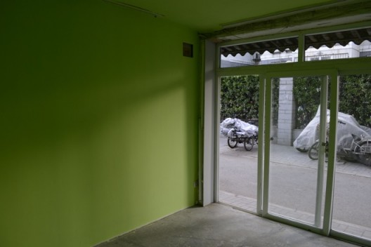 "He Chi, ""Next Door"", 2016, installation view 何迟《隔馆》,展览现场,2016 Courtesy of Arrow Factory (箭厂空间)"