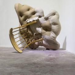 《不确定的疼痛》,旧衣物、木椅122×102×46cm,2015年