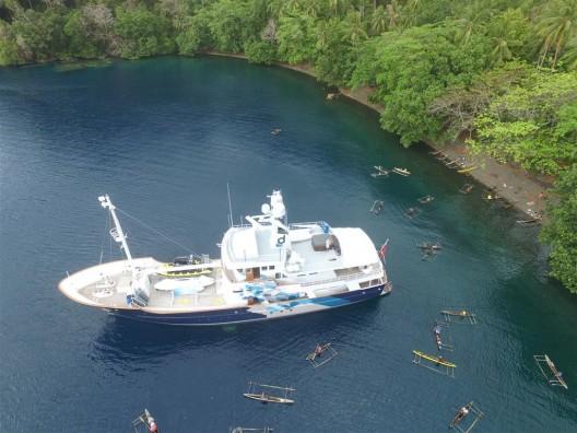 TBA21考察船Dardanella固定在了巴布亚新几内亚,米尔恩湾的蒂娜海滩(图片由TBA21提供)/ The TBA21 research vessel Dardanella anchored at Dina's beach, Milne Bay, Papua New Guinea. Courtesy TBA21.