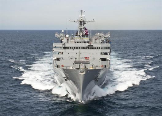 军事海运司令部快速战斗支援船只USNS Supply (T-AOE-6)通过大西洋(摄影:美国海军)/ The Military Sealift Command fast combat support ship USNS Supply (T-AOE-6) transits the Atlantic Ocean. Photo: US Navy