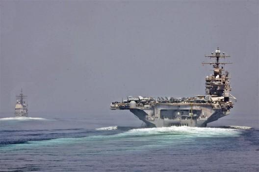 美国海军于2012年5月拍摄的亚伯拉罕·林肯号航空母舰和圣乔治角号航空母舰通过霍尔木兹海峡的照片 (摄影:美国海军)/ U.S. Navy photo of the USS Abraham Lincoln and USS Cape St. George transitioning through the Strait of Hormuz in May 2012. Photo: US Navy